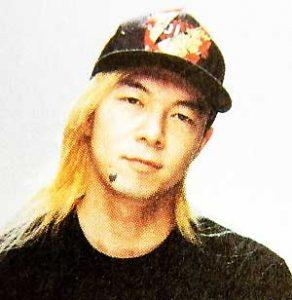 金髪ロングヘアーにキャップをかぶっている若いころの古田新太の画像
