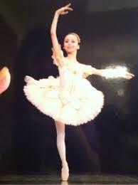中学3年生の時にはインターナショナルスクールにも通学して英語を勉強し、高校からはイギリスのバレエ学校に進学しています。